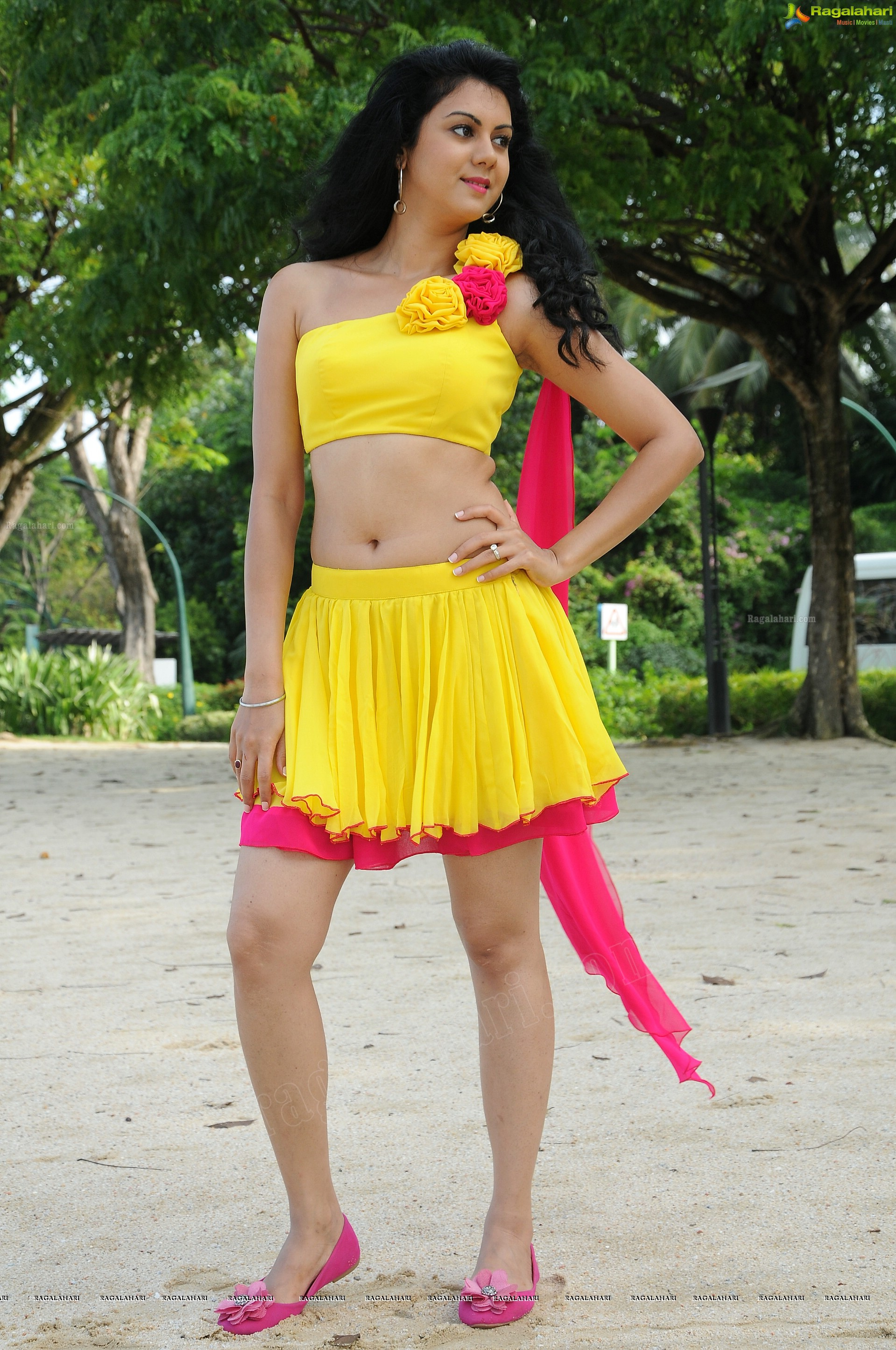Hot Hd Pics Kamna Jethmalani In Mini Skirt