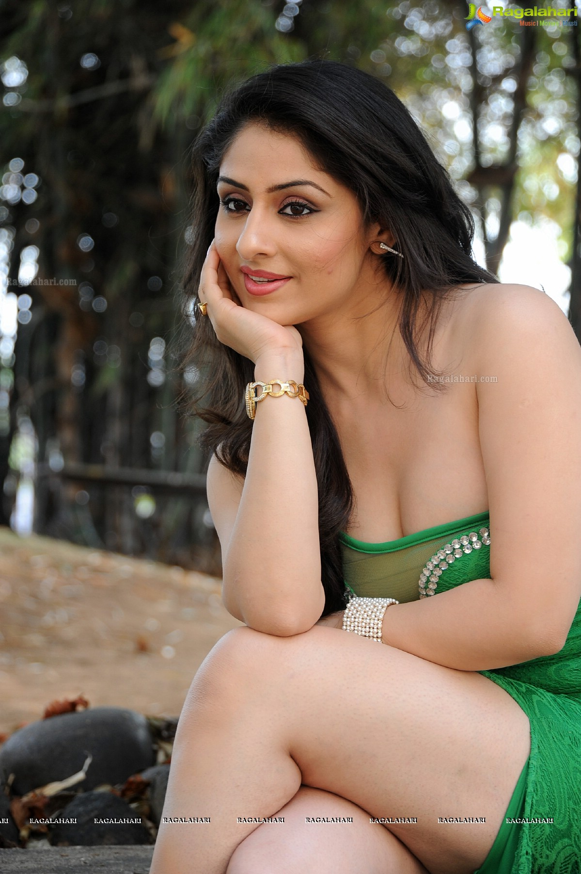 Beautiful desi mysore aunty in low hip saree in public - 2 2