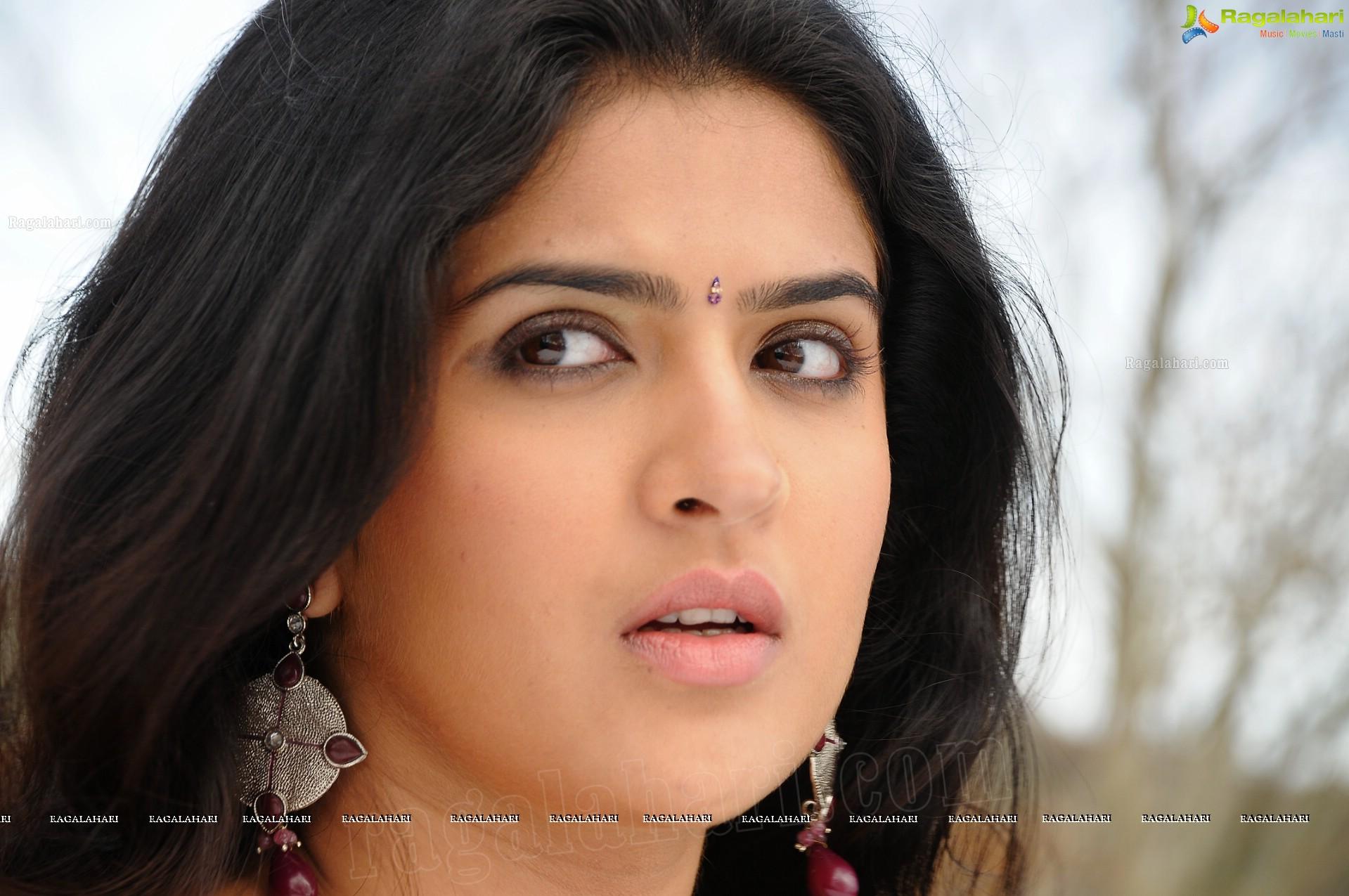 Deeksha Seth In Vettai Mannan Deeksha Seth (High Def...