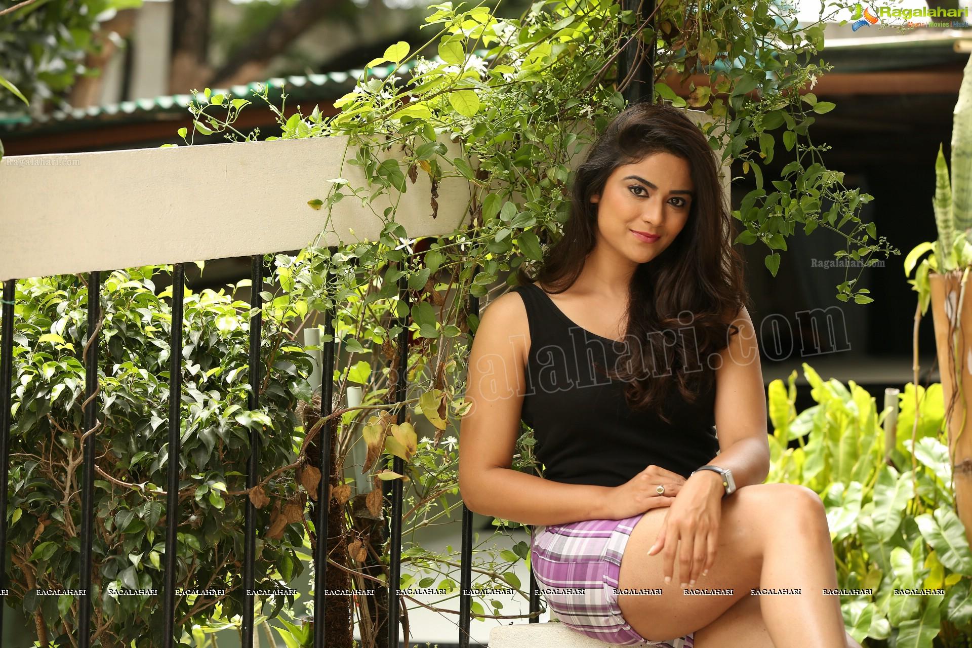Priyanka Sharma Thighs, Armpit And Navel Show